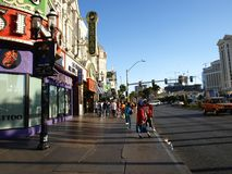 Gå i Las Vegas vägg för gator för tegelstenstadsflicka Kommersiellt och privat byggande Royaltyfri Bild
