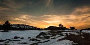 Gå i solnedgången fotografering för bildbyråer