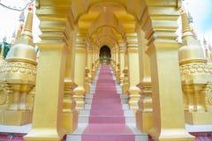 Gå in i tempeltrappan Arkivfoto