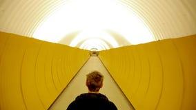 Gå i tunnel stock video