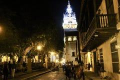 Gå inom de härliga gatorna av Cartagena på natten royaltyfri fotografi