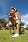 gå kvinna för boxarebulldoggpark Royaltyfri Foto