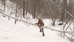 gå kvinna för skog stock video