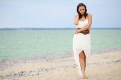 gå kvinna för strand Arkivbilder
