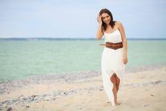 gå kvinna för strand Royaltyfria Bilder