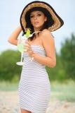 gå kvinna för strand Arkivfoto