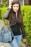 gå kvinna för trottoar Royaltyfria Bilder