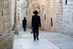 Gå män i judisk fjärdedel av Jerusalem Fotografering för Bildbyråer
