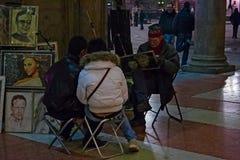 Gå målaren, medan beskriva två turister under gallerierna fotografering för bildbyråer