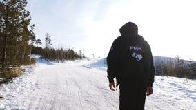 Gå mannen i vinter i skogsporten gå i skogen i vinter Arkivbilder