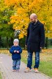 Gå mannen och barnet Royaltyfria Bilder