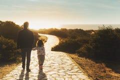 Gå med mamman på vägen till stranden arkivbild