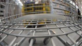 Gå med shoppingvagnen lager videofilmer