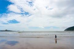 Gå mot havet Fotografering för Bildbyråer
