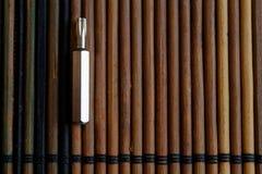 Gå mot skruvmejselbitar på träbakgrund, hjälpmedelsamlingsvänd-skruv Royaltyfri Bild