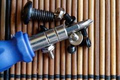 Gå mot skruvmejselbitar på träbakgrund, hjälpmedelsamlingsvänd-skruv Royaltyfri Fotografi