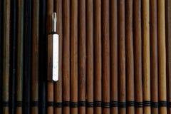 Gå mot skruvmejselbitar på träbakgrund, hjälpmedelsamlingsvänd-skruv Royaltyfria Bilder