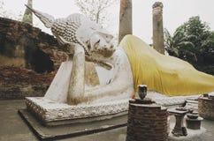 Gå ned Buddhastatyn, Ayutthaya, Thailand fotografering för bildbyråer