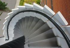 Gå ner den runda trappan royaltyfria foton
