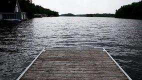 Gå ner en wood skeppsdocka som ser på sjön Joseph, Ontario arkivfilmer