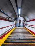 Gå ner trappan av den London tunnelbanan royaltyfri fotografi