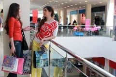 Gå och shoppinggalleria för parflickavän arkivfoto