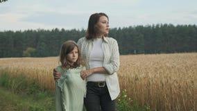Gå och talande omfamna för moder och för dotter lager videofilmer