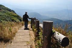 Gå på överkanten av berget Royaltyfri Foto