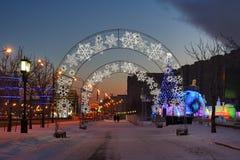 Gå på Dawn Along Alley av fred i Victory Park Moscow royaltyfria bilder