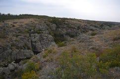Gå på den Aktovsky kanjonen helg f?r fader f?r cykelbarnfamilj arkivfoto
