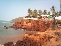 Gå på den Anjuna stranden goa royaltyfria bilder
