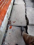 Gå på den brutna farliga trottoaren Royaltyfria Foton