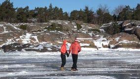 Gå på den kust- isen av golfen av Finland Hanko Finland arkivfilmer