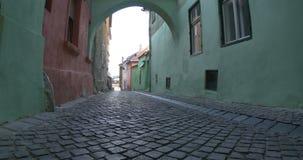 Gå på den medeltida gatan för kullersten arkivfilmer