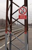 Gå på drevbanor förbjudas på bakgrunden av järnväg linjer Royaltyfri Foto