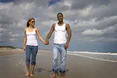 Gå på en strand royaltyfria bilder