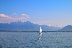 Gå på en yacht på bergsjön Royaltyfria Foton