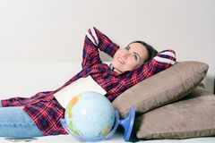 Gå på ett affärsföretag Kvinna som drömmer om att resa runt om världen och att se jordklotet i rum av huset Nätt flickastudie Arkivfoton