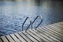 Gå på ett trädäck ovanför en sjö royaltyfria bilder