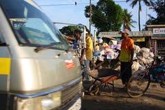 Gå på gatan i Mombasa Royaltyfria Bilder