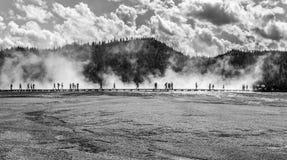 Gå på geyseren i yellowstone Royaltyfria Foton