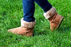 Gå på gräs i kängor Royaltyfri Bild