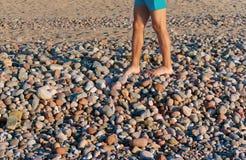 Gå på havsstenar, havsstenar, och foten, går på stenar Royaltyfri Bild