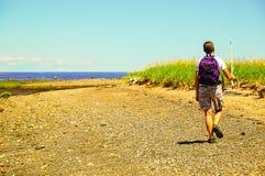 Gå på kanten av kusten Arkivbild