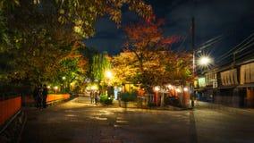 Gå på natten på de traditionella gatorna i Gion, Kyoto, Japan arkivfoton