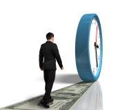 Gå på pengarvägen som följer den rullande klockan Arkivfoton