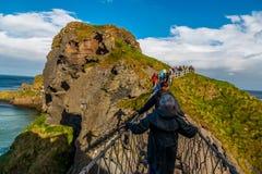 Gå på repbron norr Irland Arkivbild