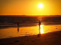 Gå på solnedgången Royaltyfria Foton
