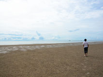 Gå på stranden royaltyfri foto