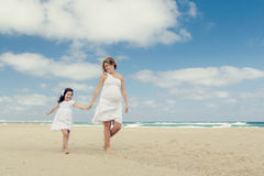 Gå på stranden arkivfoto